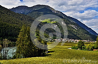Alpe-vue autrichienne à la ville Pfunds et à l auberge de rivière