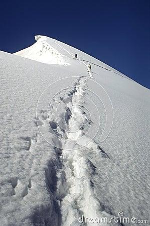 Alpinistas que escalam até a cimeira