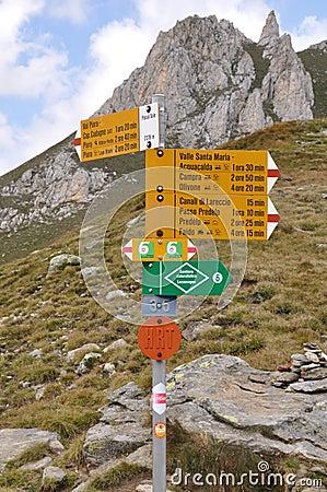 Alps som fotvandrar tecknet