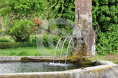 Alsace en pittoresk gammal springbrunn i Hunawihr