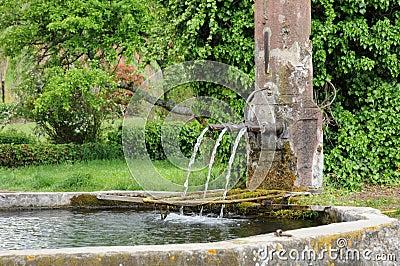 Alsácia, uma fonte velha pitoresca em Hunawihr