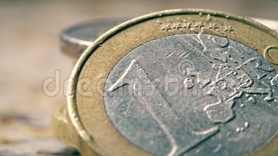 Alt gekratzte 1 Euro-Münze, Makroaufnahme stock video