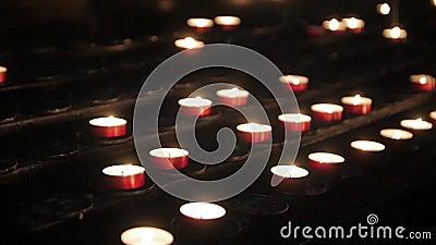 Altar con velas de oración metrajes
