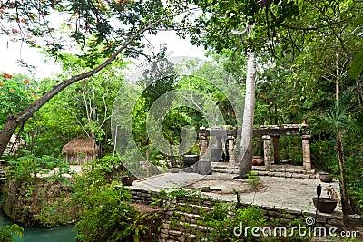 Altar maya prehistórico en la selva