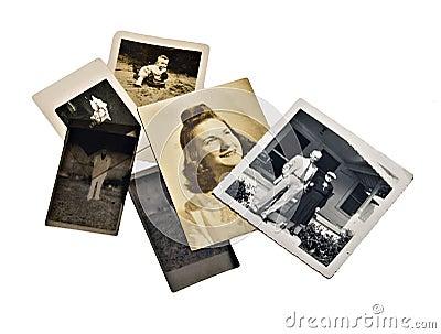 Eine gruppe alte familienfotos und negative auf weißem hintergrund