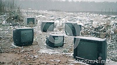 Alte Fernseher auf einer Mülldeponie während des Schnees stock video footage