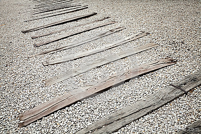alte holzschwellen auf grauem kies verlassene eisenbahn ohne schienen. Black Bedroom Furniture Sets. Home Design Ideas