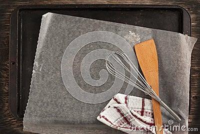 Alte Metallbackform Mit Papier- Und Küchengeräten ...