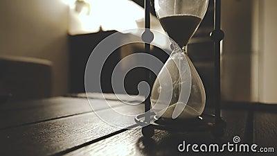 Alte modische Hourglass-Zählung klassische Sand-Uhr in dunkler nächtlicher Atmosphäre Cinematic Feel Feel Time wird geschlossen stock footage