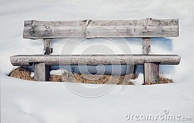 alte rustikale holzbank umgeben durch viele schnee stockbild bild 30928331. Black Bedroom Furniture Sets. Home Design Ideas