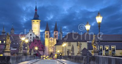 Alte Stadt von Würzburg, Deutschland an der Dämmerung stock footage