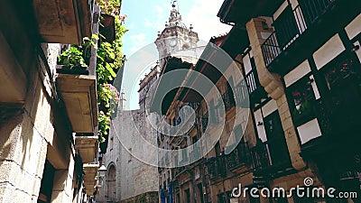 Alte Stadthondarribias streetscapes, die baskische Architektur kennzeichnen stock video