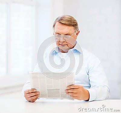 Alter mann zu hause der zeitung liest stockfotos bild for Alter mann im schaukelstuhl