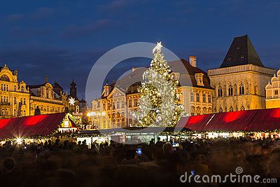 alter marktplatz in prag am weihnachten redaktionelles. Black Bedroom Furniture Sets. Home Design Ideas