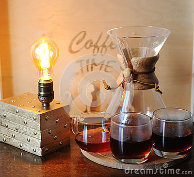 Free Alternative Coffee Brewing In The Filter. Glass Beakers. Table Lamp With Edison Bulb Stock Photos - 90449813
