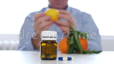 Alternative Doktor-Examine Fruits Like zur Vitamin-Heilung mit Medizin-Pillen stock footage