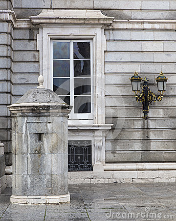 Altes fenster bei royal palace in madrid spanien