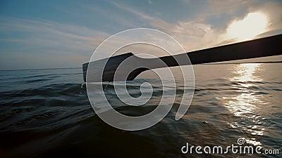 Altes hölzernes Ohr zieht Seenwasser an und macht Spritzen Ruderboot-Fahrt auf See stock video