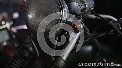 Vom Mechaniker in der Werkstatt gepoppt