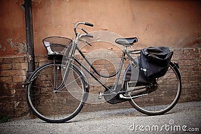 altes retro fahrrad mit korb in italien lizenzfreie. Black Bedroom Furniture Sets. Home Design Ideas