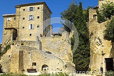 Häuser errichtet auf Felsen, Region von Luberon, Frankreich