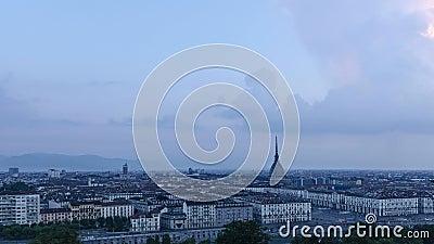 Alto panorama de la definición de Turín con el topo Antonelliana almacen de video