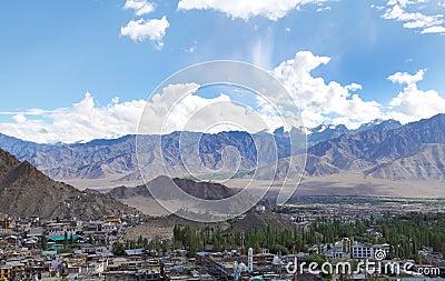 Altozanos y montañas hermosos de Leh, HDR