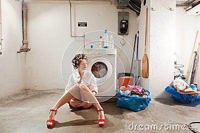 Ama de casa aburrida en el lavadero foto de archivo for Casa con lavadero