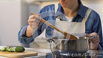 Ama de casa joven que intenta su plato y que tira debido al gusto feo, fracaso almacen de metraje de vídeo