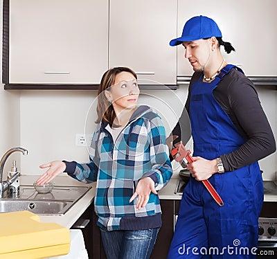 Ama de casa que mira como funcionamiento del fontanero - El fontanero en casa ...