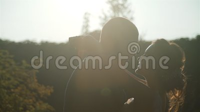 Amabile sposa e sposo abbracciato alla Sunset archivi video