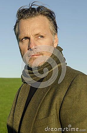 Amadureça o homem com o lenço desgastando da barba