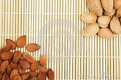 Amandelen in een achtergrondtafelkleed, snacks van noten