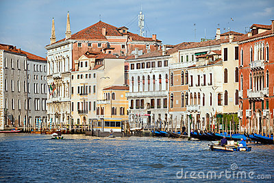 Amanhecer no canal grande na cidade de Veneza, Italy Foto Editorial