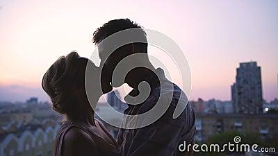 Amantes jovenes que se gozan blando contra el contexto de la puesta del sol hermosa metrajes
