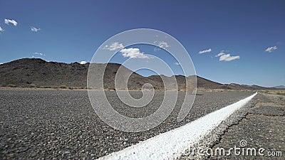 Amarant brennt über einer Straße in der Wüste 2 von 2 durch stock video footage