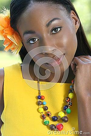 Amarelo africano da mulher: Sorriso e feliz