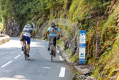 Amatörmässiga cyklister D för aubisqueklättringkolonn Redaktionell Arkivfoto