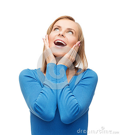 Молодая женщина Amazed смеясь над