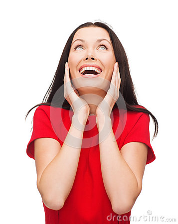 Amazed que ríe a la mujer joven en vestido rojo