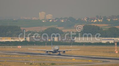 American Airlines Airbus A330 atterra a Francoforte video d archivio