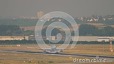 Amerikaanse Airlines Airbus A330 landend in Frankfurt stock videobeelden