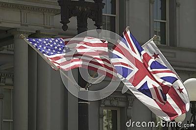 Amerikanische Flagge, die mit Verband Jack British Flag hängt