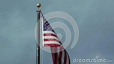 Amerikansk flagga som vindar mot ett molnigt skal, Arizona arkivfilmer