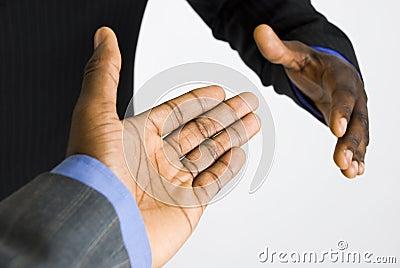 Amerykanin afrykańskiego pochodzenia biznesu uścisk dłoni