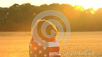 Amerykanin Afrykańskiego Pochodzenia dziewczyny nastolatka żeńska młoda kobieta trzyma amerykanina usa lampasy i gwiazdy zaznacza zbiory wideo