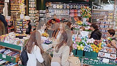 Amesterdam Nederländerna, Maj 2018: Många besökare till den populära blomman marknadsför i mitten av Amsterdam stort arkivfilmer