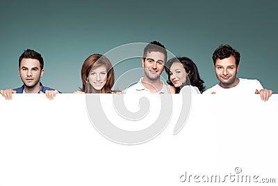 Amici che fanno pubblicità alla scheda bianca