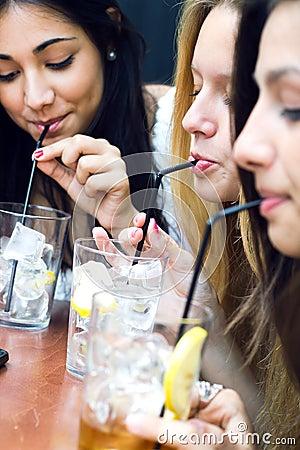 Amici che prendono una bevanda su un terrazzo