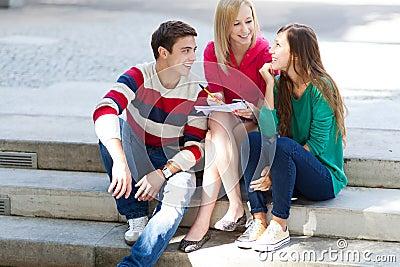 Amici che si siedono insieme